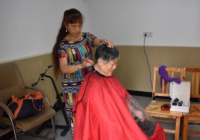 红丰西塘社区:开展便民服务活动