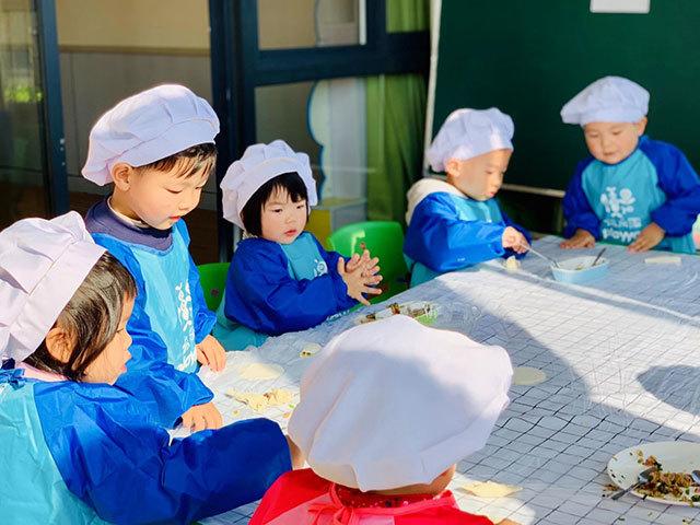 墙壕里社区:冬至包饺子 娃娃齐上阵