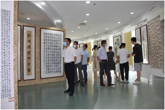 市统计局组织观看清廉文化书画展